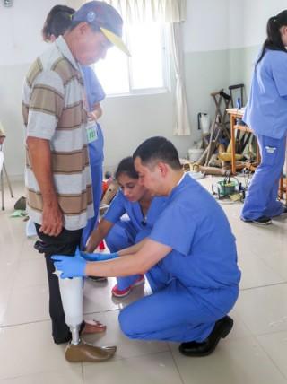 Lắp chân giả và khám bệnh cho gần 1 ngàn bệnh nhân
