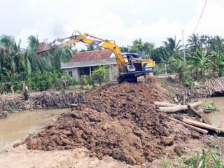 Khảo sát, sửa chữa 2 cống tạm thuộc bờ bao ấp Phú Thuận, xã Phú Mỹ