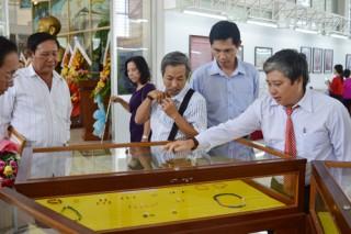 Tiếp nhận hiện vật của nhà sưu tập Nguyễn Ngọc Ẩn