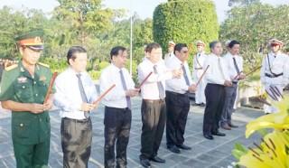 Lãnh đạo tỉnh dâng hương tại Nghĩa trang Liệt sĩ tỉnh