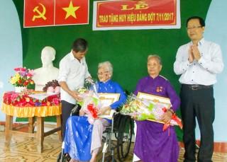265 đảng viên được trao tặng huy hiệu Đảng đợt 7-11