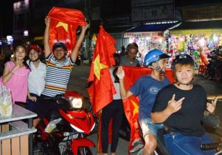 Nhiều người dân xuống đường ăn mừng chiến thắng