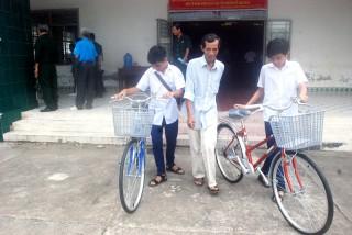 Trao xe đạp tiếp sức đến trường