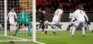 Arsenal và AC Milan đặt một chân vào vòng 16 đội Europa League