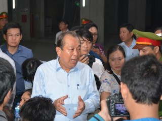 Phó thủ tướng Trương Hòa Bình thăm cư dân chung cư Carina