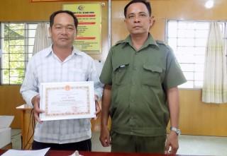 Công an xã Châu Bình trao giấy khen cho tấm gương người tốt việc tốt