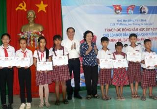 Học sinh 3 huyện vùng biển nhận học bổng Vừ A Dính