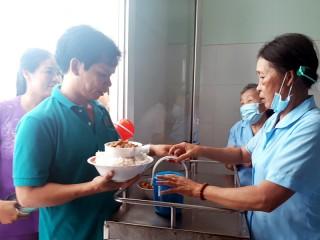 Ấm áp nghĩa tình nhóm nấu ăn từ thiện xã Châu Hòa