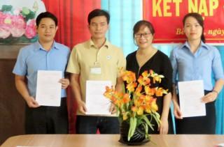 Kết nạp Đảng 3 công nhân lao động ưu tú