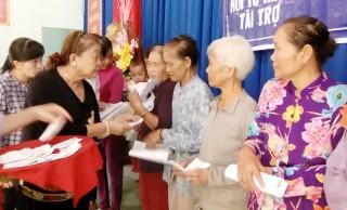 Thạnh Phú: 233 hộ cận nghèo nhận thẻ bảo hiểm y tế