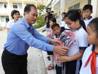 """Quỹ """"Vì cuộc sống tươi đẹp"""": Trao quà cho 80 học sinh Trường Tiểu học Định Thủy"""