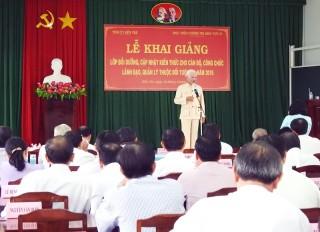 Nghệ sĩ ưu tú Văn Tân biểu diễn tại tỉnh
