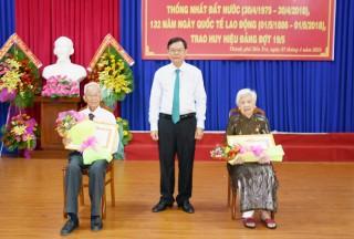 TP. Bến Tre: Họp mặt kỷ niệm 43 năm Ngày giải phóng miền Nam, trao Huy hiệu đảng cho 81 đảng viên