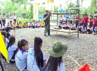 Chợ Lách: Gần 120 học sinh THCS trải nghiệm một ngày làm chiến sĩ