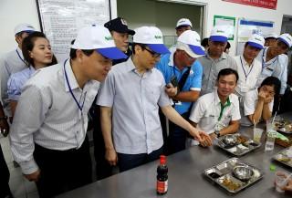 Phó thủ tướng Vũ Đức Đam thăm bếp ăn công nhân ở Tân Thuận