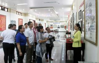 Đoàn đại biểu cấp cao Trung ương Đoàn Thanh niên Cộng sản Cuba   thăm xã Lương Hòa