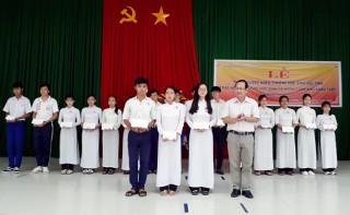 Giồng Trôm tuyên dương khen thưởng 39 học sinh giỏi