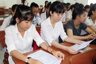 Gần 100 sinh viên tham gia tư vấn du học