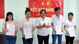 Chi bộ Công ty TNHH May mặc Alliance One: Kết nạp 4 đảng viên mới