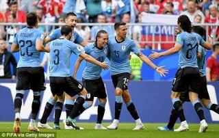 Vùi dập Nga, Uruguay đứng đầu bảng A