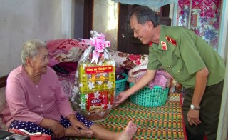 Thăm và tặng quà cho Mẹ Việt Nam anh hùng, Anh hùng Lực lượng vũ  trang nhân dân