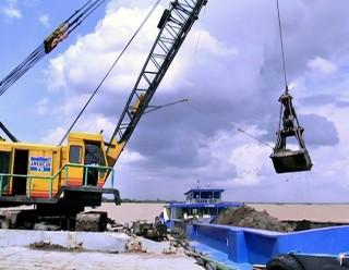 Bắt quả tang 3 trường hợp khai thác cát trái phép trên sông Cổ Chiên và Hàm Luông