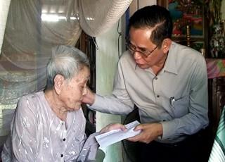 Ban Liên lạc Hội Đồng hương Ba Tri tại TP.  Hồ Chí Minh tặng quà gia đình chính sách