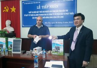 Trao 200 thiết bị điện năng lượng mặt trời cho hộ dân vùng sâu