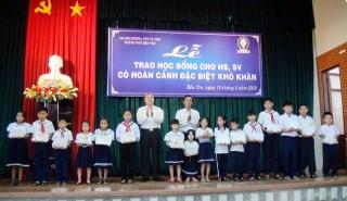 Trao học bổng cho học sinh, sinh viên TP. Bến Tre, Giồng Trôm, Ba Tri