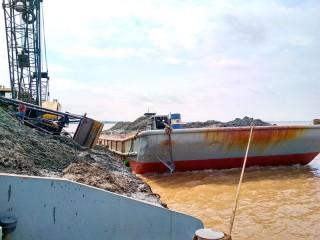 Bắt quả tang xà lan 300 tấn khai thác cát sông trái phép
