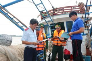 Kiểm tra hoạt động tàu cá trên cửa sông Hàm Luông