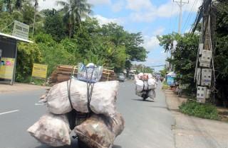 Xe máy chở phế liệu cồng kềnh dễ gây tai nạn giao thông