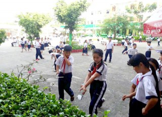 Liên đội Trường Tiểu học Chu Văn An bảo vệ trường học xanh, sạch, đẹp, không rác