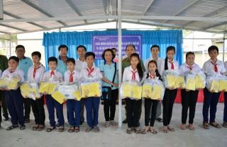 Chi đoàn Khối Xây dựng lực lượng thăm, tặng quà cho học sinh nghèo và gia đình chính sách