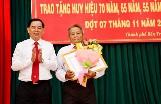 Thành ủy Bến Tre, Huyện ủy Giồng Trôm và Bình Đại trao huy hiệu Đảng cho đảng viên tới niên hạn