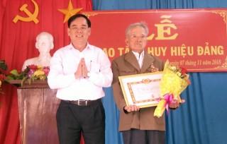 Phó bí thư Tỉnh ủy Trần Ngọc Tam trao tặng huy hiệu 70 năm tuổi Đảng cho đồng chí Phan Văn Ngưng