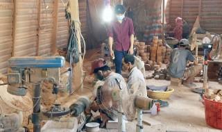 Nghệ nhân Nguyễn Văn Hoảnh với nghề thủ công mỹ nghệ từ dừa