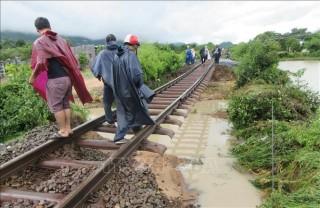 Bão số 9 làm tê liệt đường sắt Bắc - Nam, chưa biết thời gian thông tàu