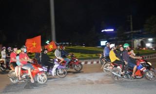 Hàng trăm người dân Bến Tre xuống đường mừng chiến thắng đội tuyển bóng đá Việt Nam