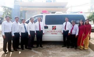Agribank Chi nhánh Bến Tre tặng xe cứu thương tại Bình Đại