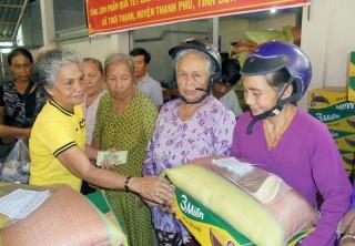 Tặng quà Tết cho nạn nhân chất độc da cam, người khuyết tật, người già neo đơn và hộ nghèo