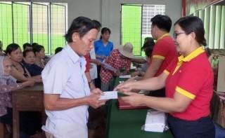 Tặng 400 phần quà cho hộ nghèo, cận nghèo, gia đình chính sách tại Mỏ Cày Nam