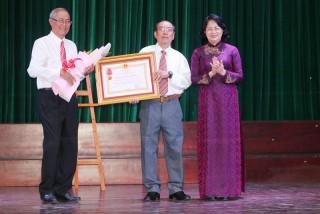 Phó chủ tịch nước Đặng Thị Ngọc Thịnh tặng quà Tết cho người dân Bến Tre