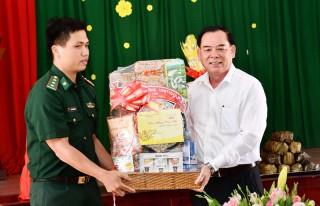 Phó bí thư Tỉnh ủy Trần Ngọc Tam thăm, chúc Tết Đồn Biên phòng Hàm Luông