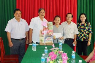 Phó chủ tịch UBND tỉnh Nguyễn Hữu Phước thăm, chúc Tết gia đình chính sách ở Ba Tri