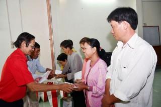 Hội Chữ thập đỏ trao quà Tết vì người nghèo và nạn nhân chất độc da cam