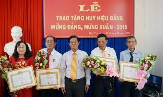 Đảng ủy Khối Doanh nghiệp tỉnh trao Huy hiệu Đảng đợt 3-2 và phát động thi đua năm 2019