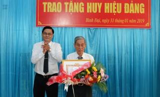 Huyện ủy Bình Đại trao Huy hiệu Đảng cho đảng viên
