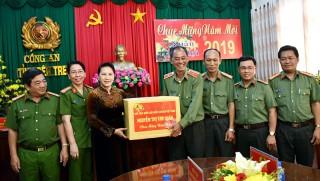 Chủ tịch Quốc hội Nguyễn Thị Kim Ngân thăm, chúc Tết tại Công an Bến Tre