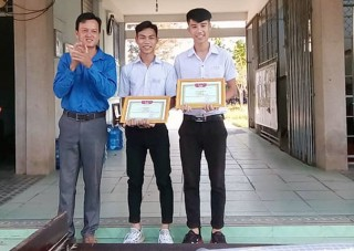 Khen thưởng đột xuất 3 học sinh tình nguyện vì cộng đồng